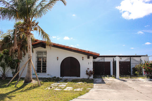 Charming Canalfront Home with 3 Lots, Grand Bahama/Freeport,