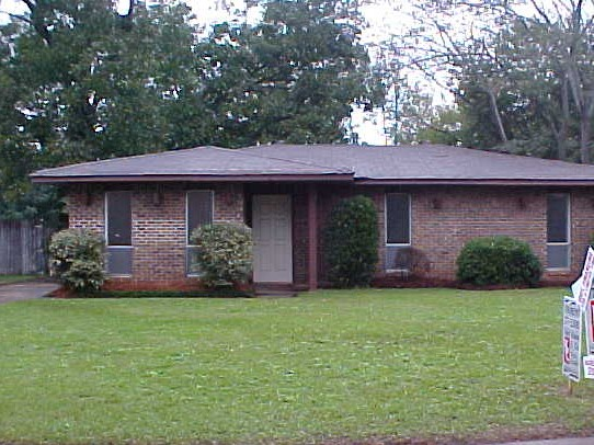 ESTABLISHED NEIGHBORHOOD CONVENIENT TO LAGOON, EASTDALE & GUNTER IND..LOWEST PRICE WITH LOTS OF HOUSE FOR YOUR MONEY.  Dalraida Elementary. Capitol Heights Jr High.  Lee High School.    Call Local Area Agent David Herman with Eddins Properties for all the details.  334-207-2464.  Partner  /Owner is a licensed broker.